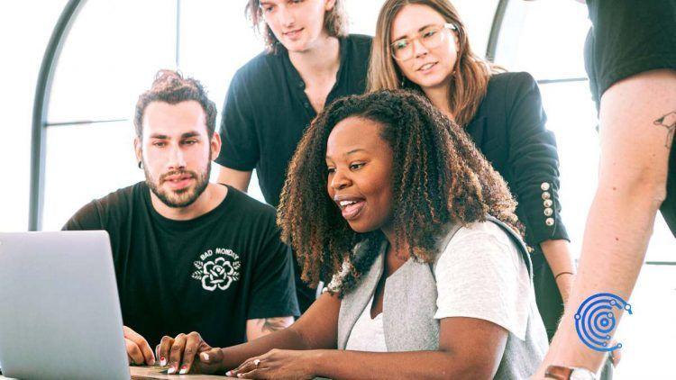 Grupo de personas compartiendo un ordenador portátil