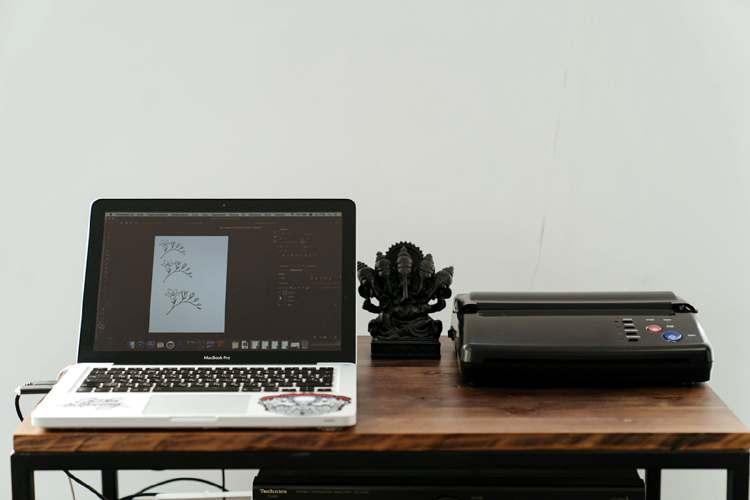 Impresora conectada a un portátil sobre una mesa