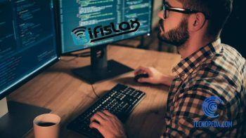 Informático trabajando con WifiSlax