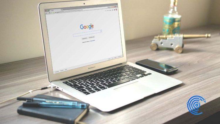 Portátil sobre un escritorio de trabajo con la web de Google en la pantalla