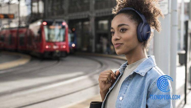 Mujer con auriculares en la calle