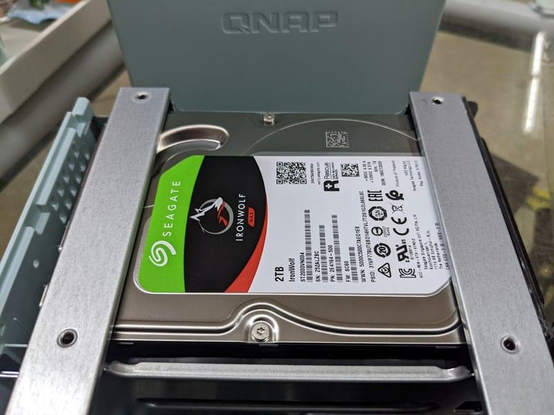 Disco duro instalado en un servidor NAS QNAP