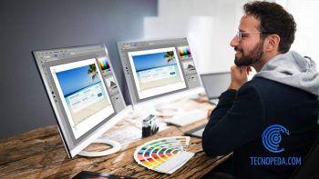 Diseñador editando fotos con dos pantallas