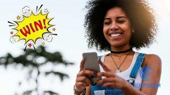 Chica contenta usando un móvil