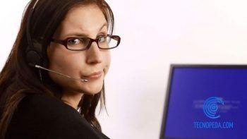 Mujer con la pantalla azul de la muerte en el portátil
