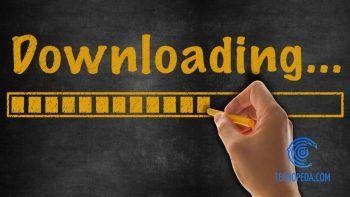 Escribiendo downloading en una pizarra