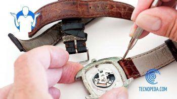 Técnico cambiando las correas de un reloj