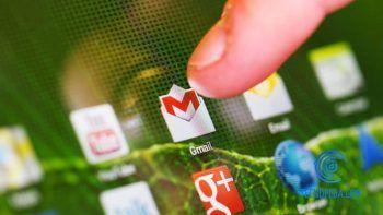 Dedo pulsando sobre el icono de Gmail