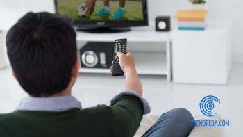 hombre poniendo futbol en la tv