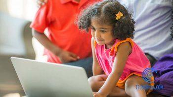 niña con un portátil